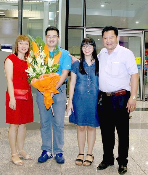 Gia đình đón Tài từ kỳ thi Toán Quốc tế trở về.