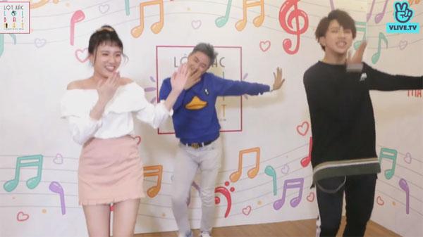 Thanh Duy, Emma và Tùng Maru liên tục cười đùa, thậm chí còn sáng tác ra điệu nhảy hôi nách cho đoạn cuối bài hátgặp phải anh taxi, sao anh hôi nách quá đi... Trời ơi thối quá đi, thật kinh khủng.