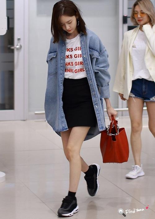 Áo phông, chân váy đen là set đồ cơ bản, phù hợp với nhiều hoàn cảnh. Vì phải bay chuyến đêm, Yoon Ah sử dụng áo khoác denim dáng rộng để giữ ấm.