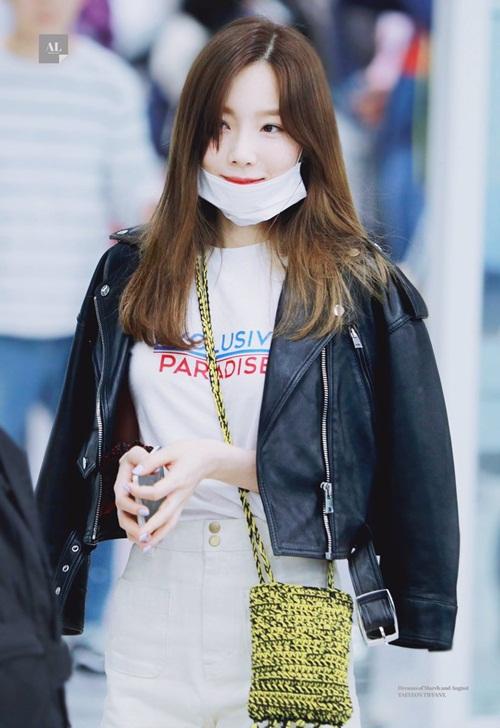 Tae Yeon khá tươi tắn khi trở về sau concert ở Dubai. Fan nhận xét cô nàng đang trở lại thời đỉnh cao nhan sắc với mái tóc dài, nhuộm nâu.