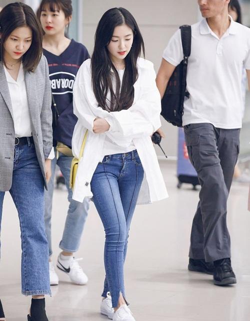 Irene đáng yêu như một sinh viện đại học với sơ mi trắng, quần jean và giày thể thao năng động.