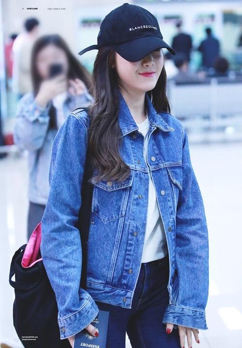 Jessica vừa trở về Hàn sau lịch trình bận rộn, cô nàng chọn trang phục tiện dụng với áo denim. Mũ lưỡi trai in tên thương hiệu là một trong những item gân sốt gần đây. Jessica sử dụng mỹ do bản thân thiết kế.