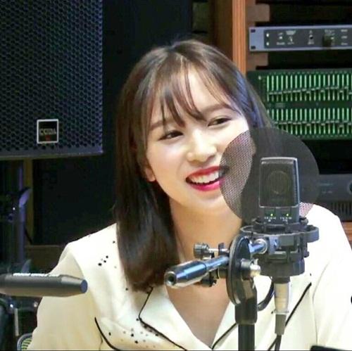 Mina ngọt ngào và đáng yêu trong ảnh chụp từ màn hình. Cô nàng có nét đẹp ngây thơ, nữ tính với style tóc mới.