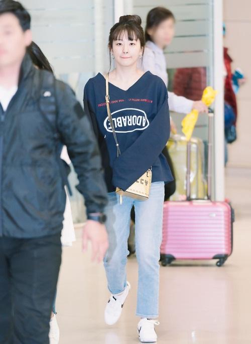 Seul Gi cute hết cỡ khi búi tóc. Hầu hết các ngôi sao đều chọn áo dáng rộng, quần jean thoải mái khi hoàn thành công việc.