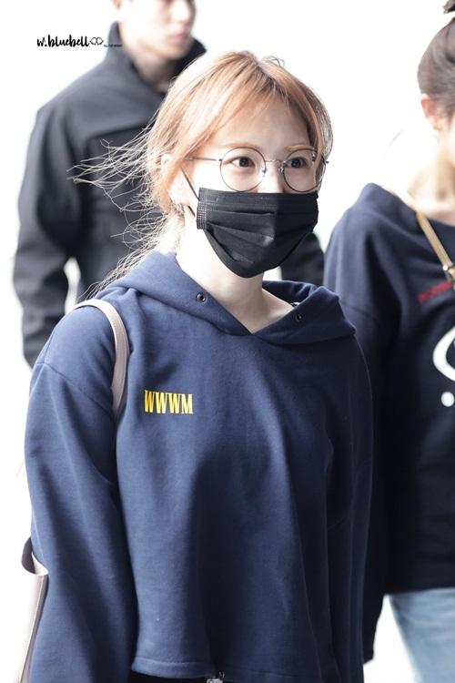 Kính gọng tròn và khấu trang đen là item khó thiếu khi Wendy để mặt mộc ra sân bay.