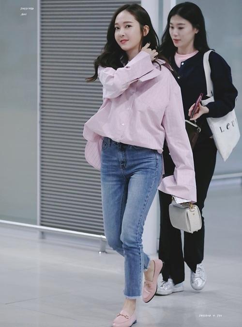 Jessica khéo léo chọn phụ kiện giày trùng với màu áo. Dù mặc tông hồng nhưng nữ ca sĩ không hề bị sến.