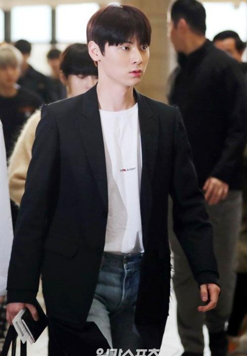 Hwang Min Hyun luôn xuất hiện với vẻ ngoài thanh lịch. Chiếc áo phông trắng đơn giản của anh chàng thuộc Saint Laurent có giá 11 triệu đồng.