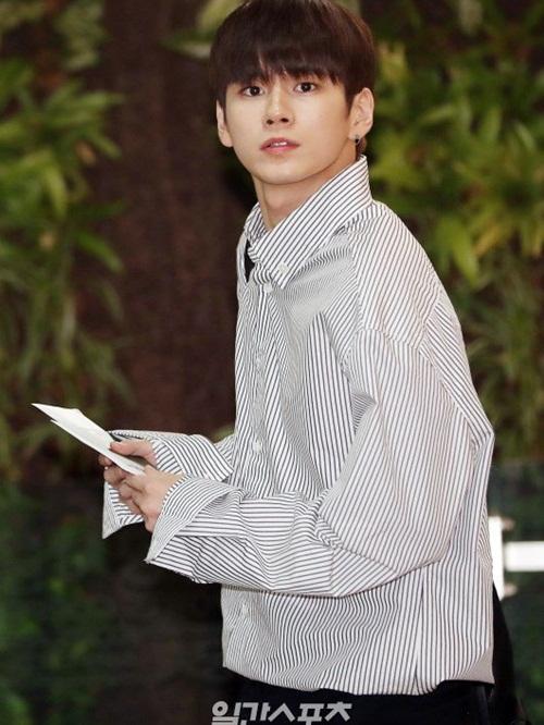 Áo sơ mi tay dài, dáng rộng như của Ong Seong Woo vẫn được ưa chuộng trong phong cách sân bay của idol Kpop.