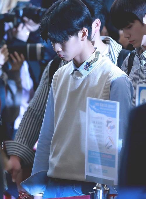Bae Jin Young có tạo hình vương giả với áo sơ mi của Gucci giá hớn 18 triệu đồng. Đôi giày LV của anh chàng là do fan tặng.
