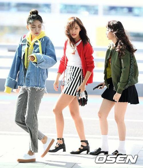 Mina, Se Jeong khoe chân với những chiếc váy ngắn thì Na Young lại chọn phong cash khỏe khoắn hơn với quần baggy, hoodie và khoác khoác bò.