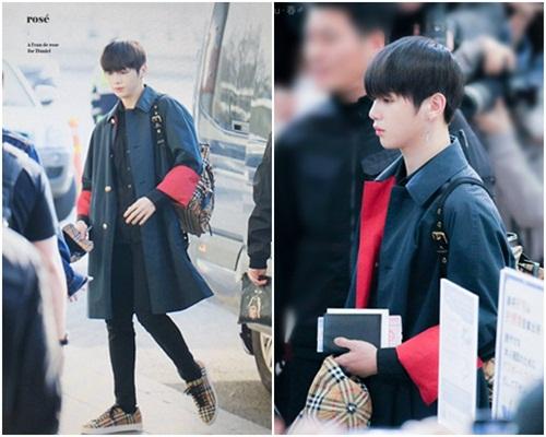 Kang Daniel lần đầu xuất hiện ở sân bay với mái tóc đen gây sốt. Anh chàng luôn được đánh giá là có gu thời trang ấn tượng. Đôi chân dài, bờ vai rộng giúp nam ca sĩ mặc chuẩn nhiều loại trang phục.
