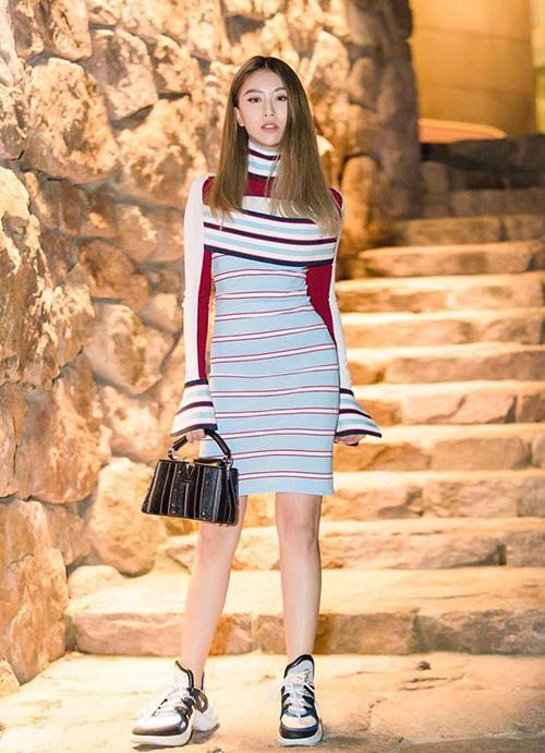 Quỳnh Anh Shyn mặc váy sexy với sneakers thô kệch đi tiệc Louis Vuitton - 1