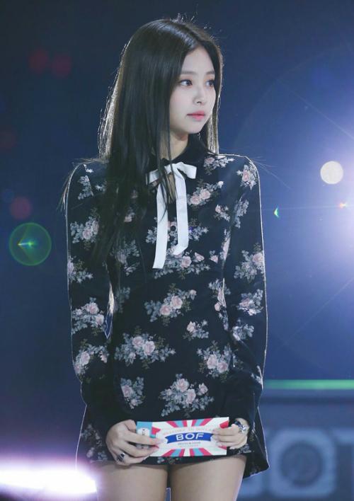 Jennie (Black Pink) ngọt ngào, dễ thương như búp bê trong chiếc váy phiên bản màu đen lên sân khấu