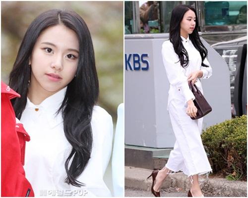 Em út Chae Young thanh lịch bất ngờ với trang phục trắng, giày cao gót.