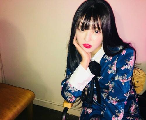 YooA (Oh My Girl) đã mặc chiếc váy màu xanh vào tháng 1 khi đang quảng bá ca khúc Secret garden của nhóm.