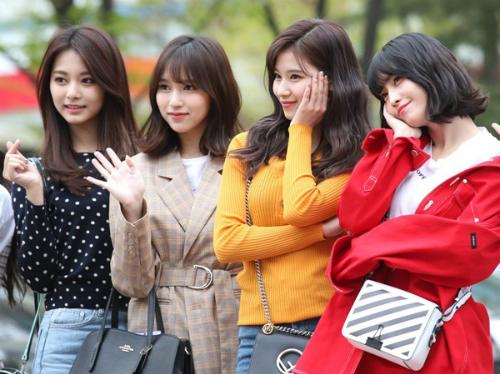 Sáng ngày 13/4, Twice đến Music Bank để quảng bá ca khúc mới What Is Love?. 4 thành viên ngoại quốc đều thuộc nhóm visual, sở hữu nhan sắc nổi bật.
