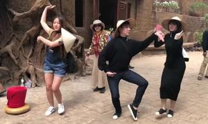 Hari Won rủ rê mẹ chồng, em chồng nhảy vũ điệu lạ