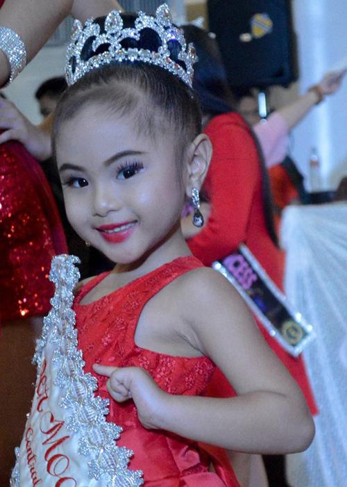 Hoa hậu nhí 8 tuổi đánh hông catwalk điệu nghệ trên giày cao 20 cm - 1
