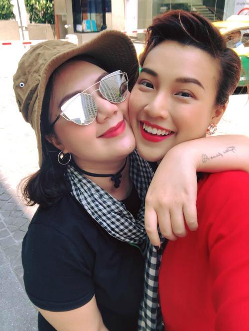 Dàn sao Việt chơi trội với quần áo loè loẹt tại lễ hội té nước Thái Lan - 4