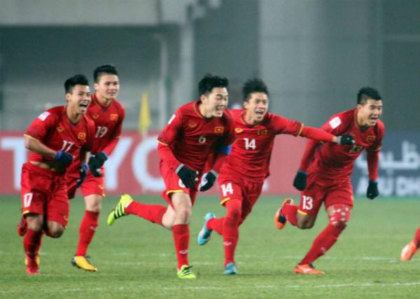 Các chàng trai U23 Việt Nam trên sân cỏ.