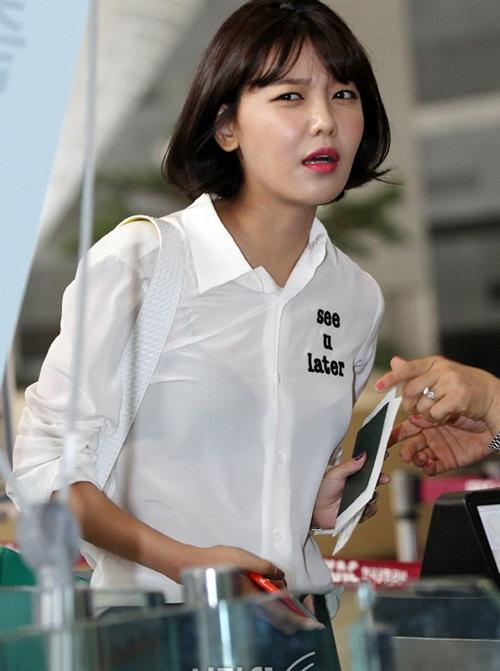 Vẻ mặt lo lắng, nhăn nhó của Soo Young chỉ khiến các fan buồn cười, trêu chọc. Chân dài của SNSD mất hẳn vẻ sang chảnh thường ngày khi ra sân bay.