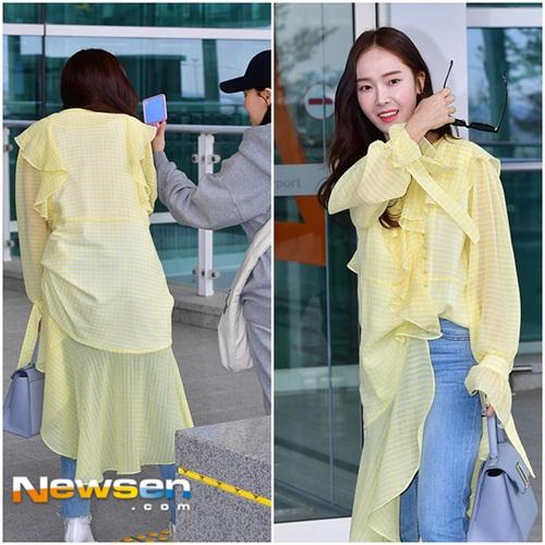 Chiếc áo bèo nhún, thiết kế rồi mắt của Jessica khiến người khó hiểu. Tông màu vàng đang tạo xu hướng trong mùa xuân hè 2018.