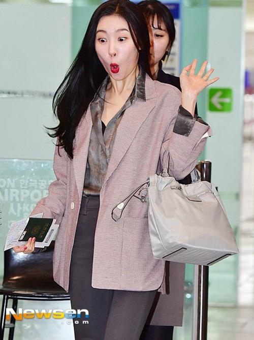 Ngày 14/4, Sun Mi trở về Hàn sau lịch trình ở nước ngoài. Gà nhà JYP đang bước đi bỗng trượt chân, suýt ngã. Biểu cảm hết hồn của cô nàng trở thành bức ảnh gây cười nhất trong ngày.