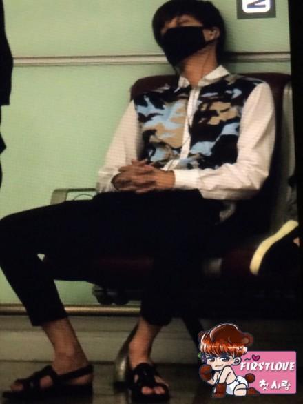 Khác với vẻ cool ngầu trên sân khấu, Kai ngồi dạng chân ngủ vì quá mệt mỏi.