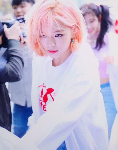 Jeong Yeon là thần tượng đứng thứ 7. Tomboy của Twice ngày càng nữ tính, màu tóc hồng khá kén mặt lại phù hợp với mỹ nhân nhà JYP.