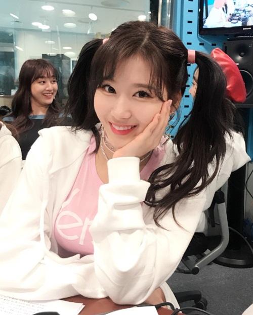 Sana hiếm khi vắng mặt trong BXH thương hiệu tháng. Nhờ vẻ cute, sexy, nữ ca sĩ là hình mẫu trong mộng của phái nam Hàn.
