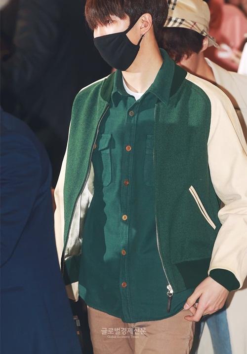 Trưởng nhóm RM thể hiện sự tinh tế khi phối áo khoác, sơ mi cùng màu. Nam ca sĩ dùng khẩu trang che mặt mộc.