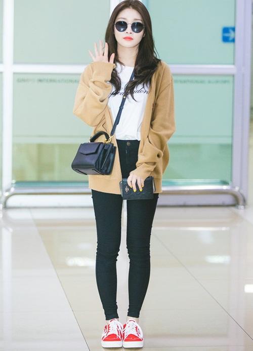 Áo phông in chữ, quần skinny và giày thể thao là những item thời trang dễ phối đồ. Chung Ha bay về Hàn vào chuyến đêm và sử dụng áo cardigan để giữ ấm.