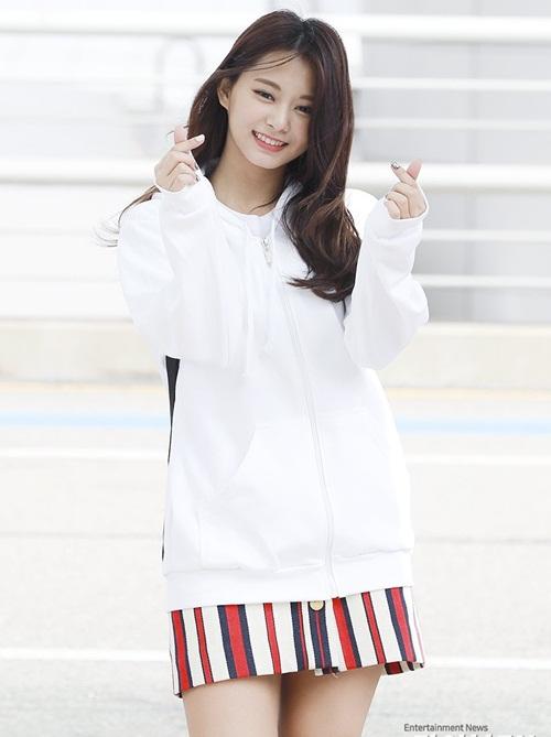 Nhan sắc của Tzuyu luôn thu hút sự chú ý trước công chúng. Cô nàng kết hợp áo hoodie cùng váy sọc màu sắc.