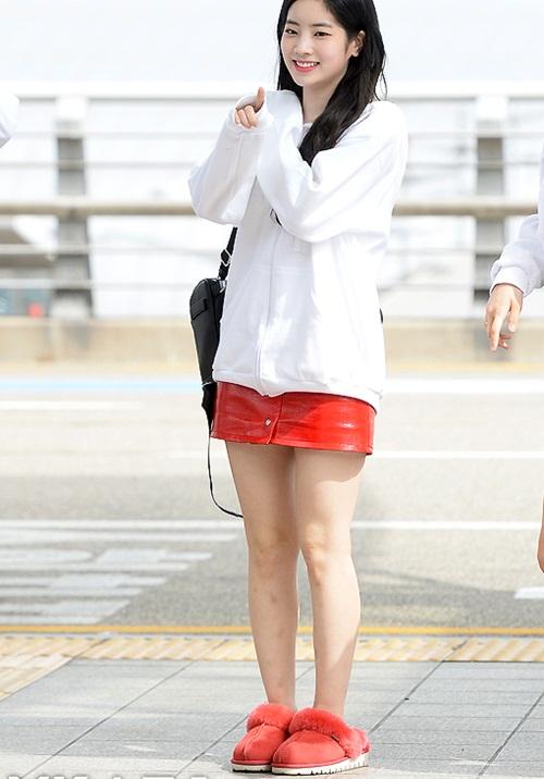 Đôi giày giống như đi trong nhà của Da Hyun là tâm điểm trong set đồ. Đây là item tạo sự thoải mái khi ngồi máy bay.
