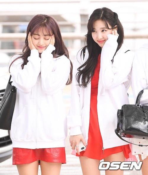 Na Yeon và Ji Hyo giống như mặt đồ đôi, cùng tạo dáng giống trong ca khúc What Is Love?