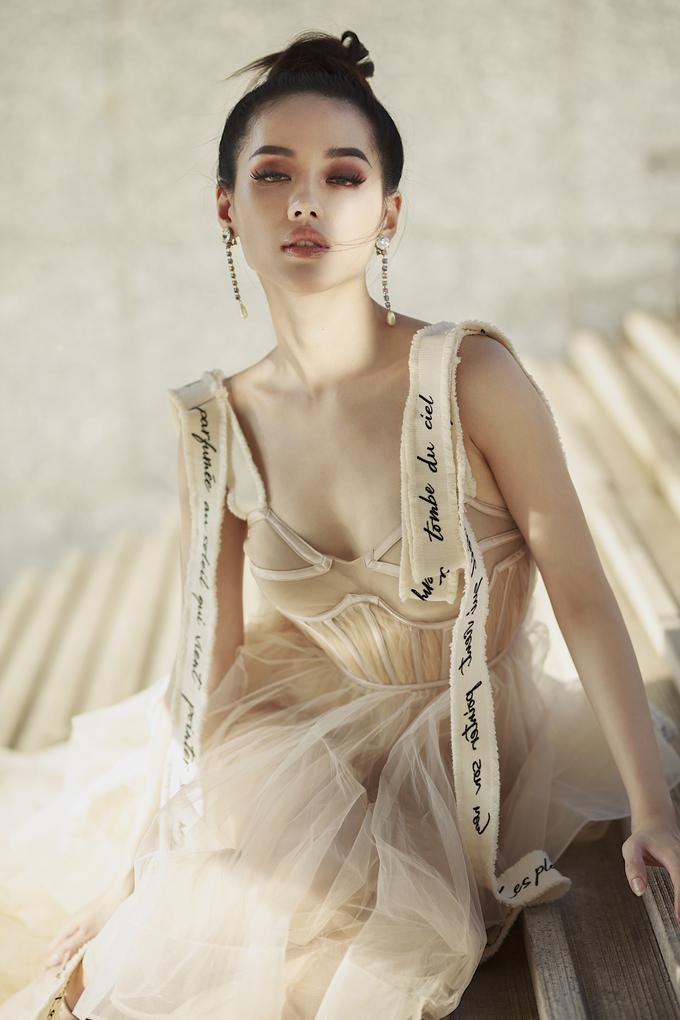 <p> Những bộ váy với chất liệu voan bay bổng, đắp xuyên thấu cùng những khoảng hở táo bạo giúp Khánh Linh khoe vóc dáng sexy.</p>