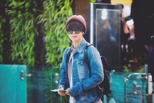 BTS ra sân bay sang Nhật, chuẩn bị cho show KCON. Ji Min luôn xuất hiện với gu thời trang khỏe khoắn, anh chàng đặc biệt thích đội mũ len bất chấp các mùa.