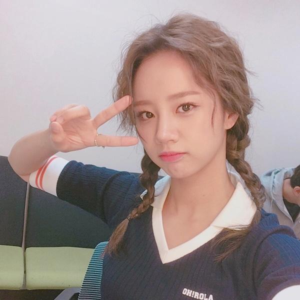 Hye Ri (Girls Day) ăn gian tuổi với kiểu tóc đuôi sam đáng yêu như học sinh cấp ba.