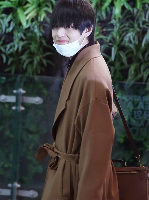 V luôn là thành viên chú trọng tạo hình khi ra sân bay nhất. Anh chàng mặc áo trench coat thanh lịch, sang chảnh.