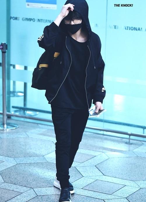 Em út Jung Kook che kín với mũ, khẩu trang. Thành viên BTS chọn của cây đen hầm hố.