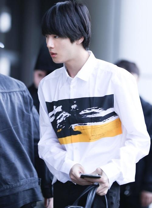 Jin trở thành đề tài tìm kiếm ở Hàn vì quá đẹp trai. Nam ca sĩ khoe bờ vai rộng nam tính.