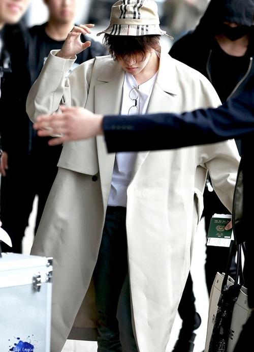 J-Hope che kín mặt với mái tóc xoăn. Nam ca sĩ chọn mũ bucket để tạo điểm nhấn cho set đồ.