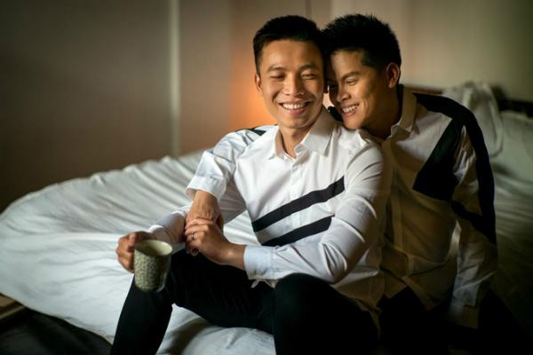 Suốt thời gian yêu nhau, hai người luôn khiến nhiều bạn thuộc cộng đồng LGBT ghen tỵ bởi độ ngọt ngào. Nam biên đạo nổi tiếng từng chia sẻ khoảng thời gian yêu nhau của họ  cũng phải trải qua nhiều thử thách. May mắn họ có sự đồng điệu, thấu  hiểu nhau nên mới gắn bó được thời gian dài như thế.