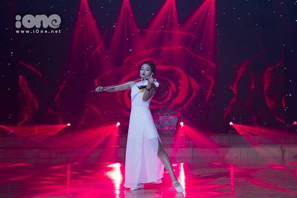 Thí sinh Lê Cẩm Vân kết hợp uyển chuyển giữa múa và violin.