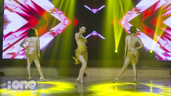 Thí sinh Nguyễn Thùy Văn uyển chuyển trên nền nhạc ca khúc nổi tiếng Havana.