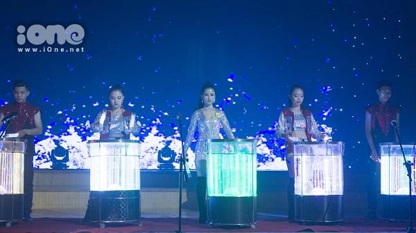 Màn trình diễn múa trống nước của thí sinh Nguyễn Thùy Linh gây ấn tượng mạnh với khán giả.