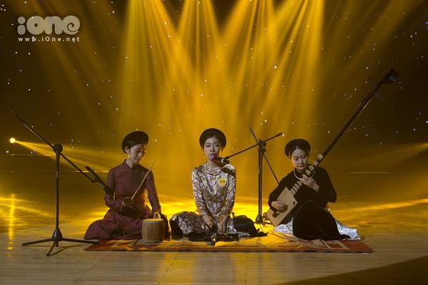 Thí sinh Linh Hương với màn biểu diễn ca trù.
