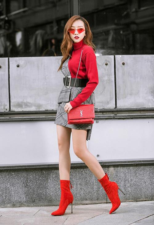 Bất chấp thời tiết nắng nóng ngày hè, Băng Di không ngại diện layer áo len và blazer. Cả cây đỏ rực giúp cô nàng nổi bần bật trên phố.