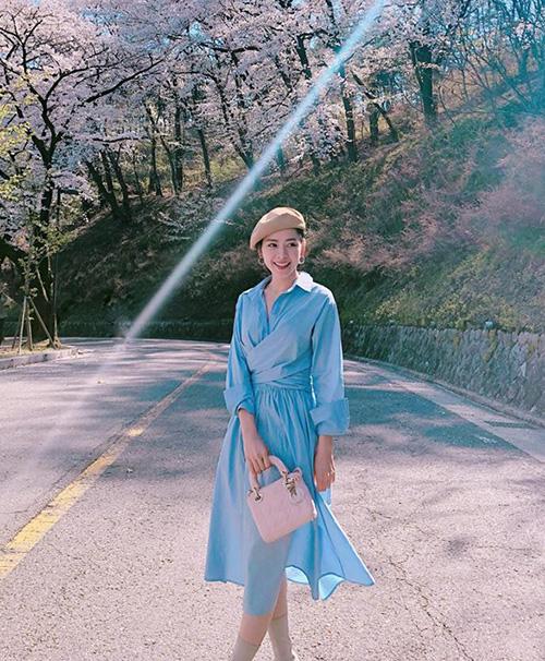 Chi Pu rất khéo mix hai tông xanh và hồng pastel để có diện mạo ngọt ngào như kẹo khi đi ngắm hoa anh đào Hàn Quốc.