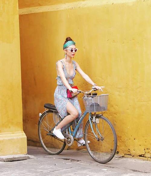 MLee đạp xe nhưng lại diện cả cây đồ sành điệu chẳng khác gì đi diễn thời trang. Bức ảnh đầy màu sắc của cô nàng đẹpnhư hình tạp chí.
